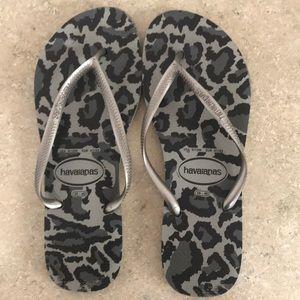 HAVAIANAS black/gray cheetah print flip flops
